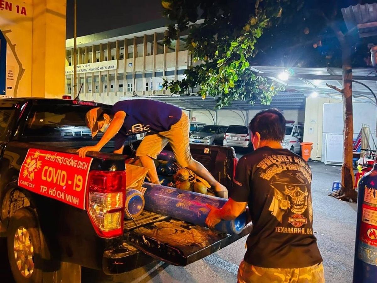 """Tại TP.HCM, Ford Việt Nam sẽ đồng hành cùng """"những anh hùng thầm lặng"""" của CLB Bán tải Pickup and Friends (PNF) và các tổ chức phi lợi nhuận đểhỗ trợ 50 bình oxy mới cho nhóm điều phối oxy kết hợp cùng Quận Đoàn Bình Thạnh."""
