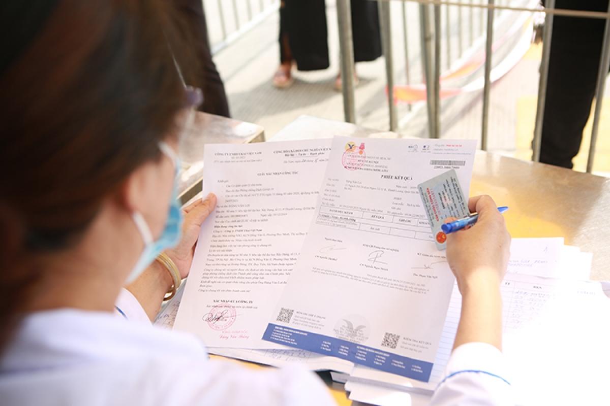 Một số cán bộ làm việc tại chốt kiểm soát Cầu Giẽ cho biết, điều kiện để người tỉnh ngoài vào thành phố Hà Nội là phải đến từ những tỉnh không có dịch COVID-19./.