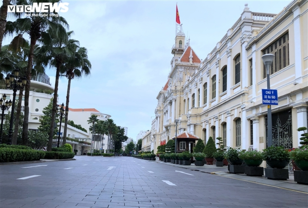 The view in front of Ho Chi Minh City People's Committee.