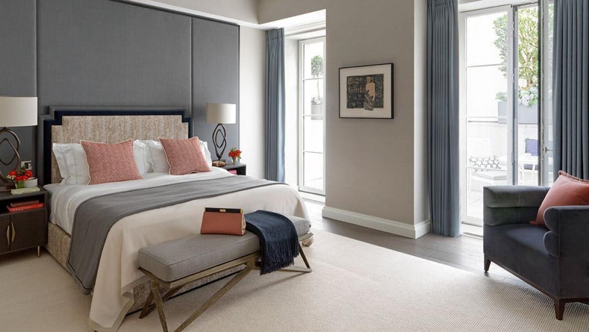 Phòng ngủ với tông màu xám chủ đạo.
