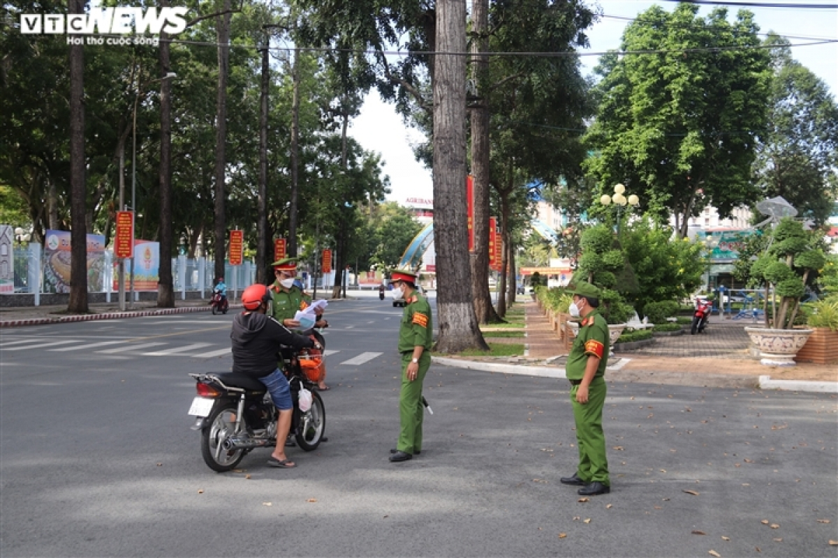 Police forces in Can Tho city check the documents of people on the street in the morning.