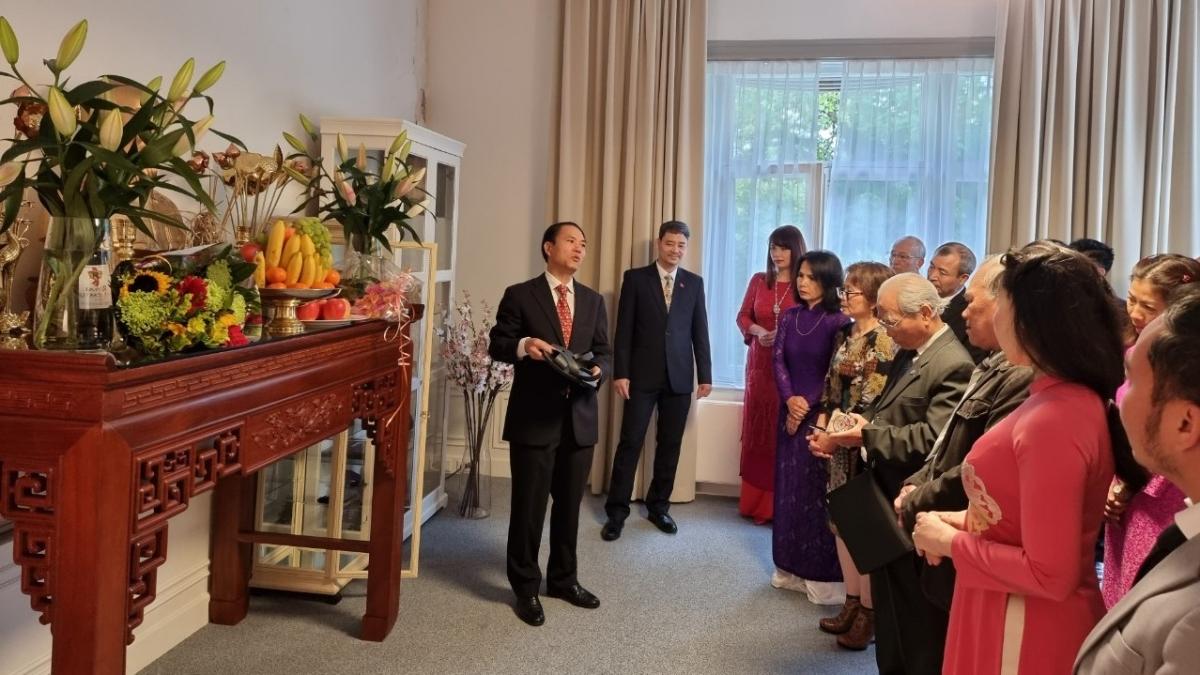 Đại sứ quán và bà con người Việt tại Hà Lan dâng hương và thăm quan không gian Hồ Chí Minh - Phòng truyền thống. (Ảnh: ĐSQ Việt Nam tại Hà Lan)