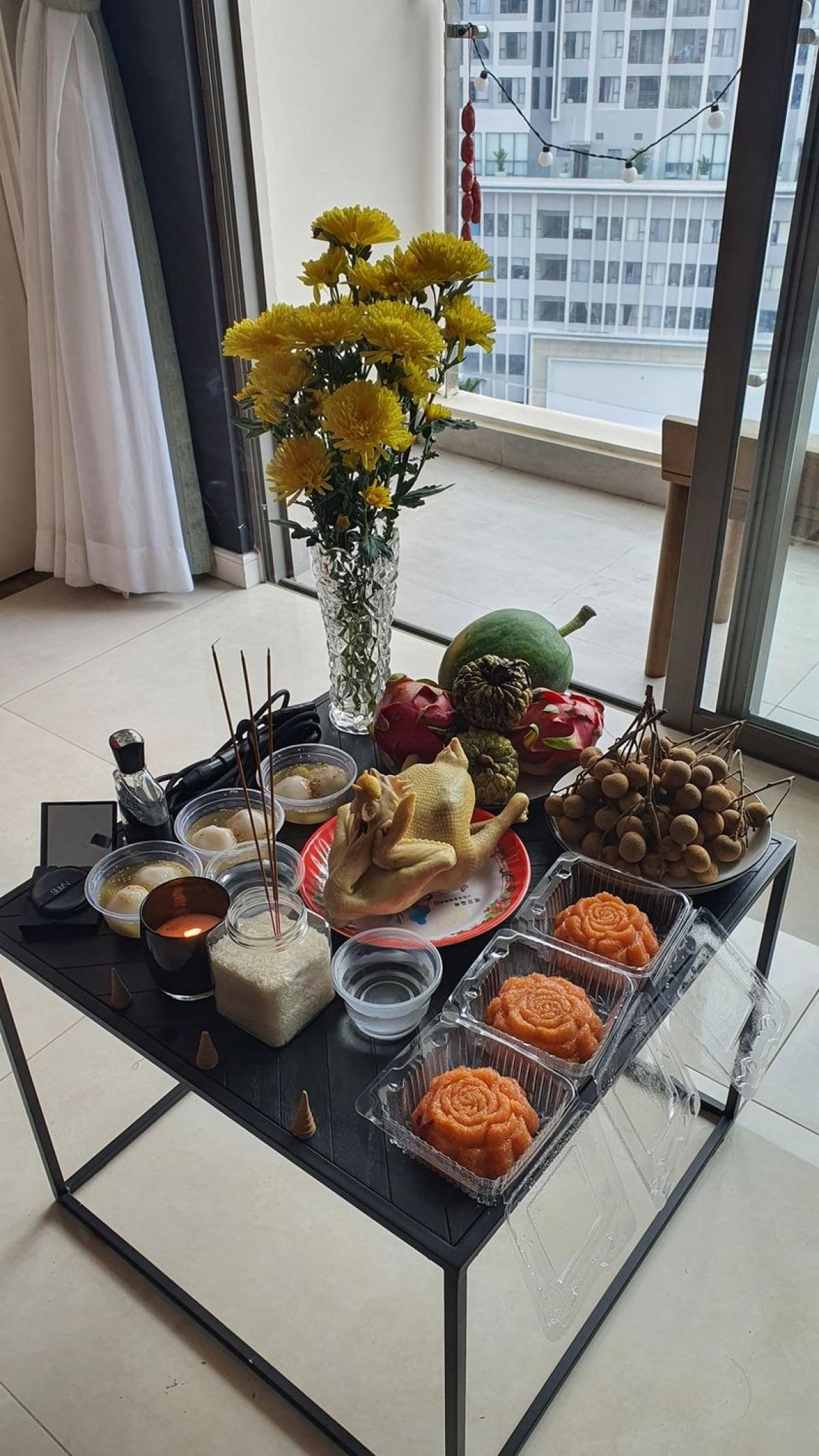 Nhạc sĩ Hứa Kim Tuyền thành tâm dâng sính lễ, hương hoa, trà quả, đốt nén hương để cúng Tổ nghề.