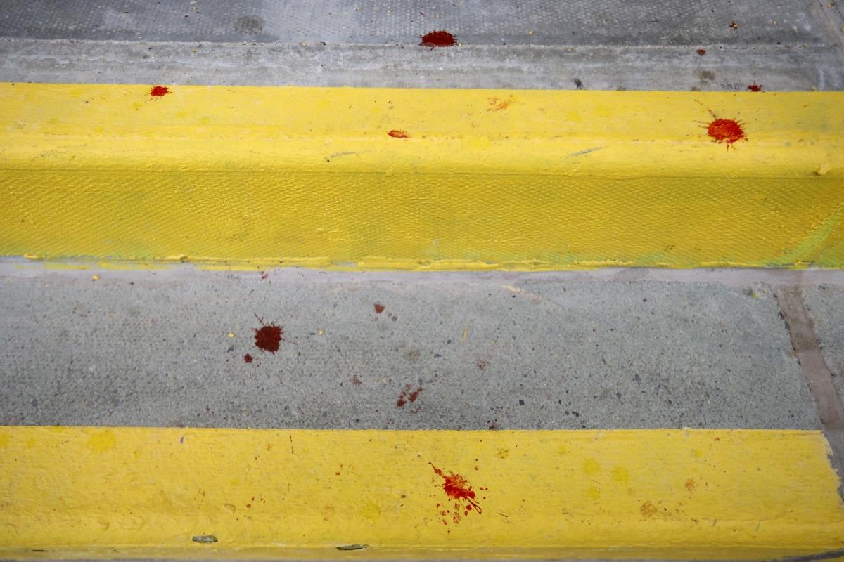 Một số phóng viên đã ghi lại được cả hình ảnh vết máu rơi trên khán đài.