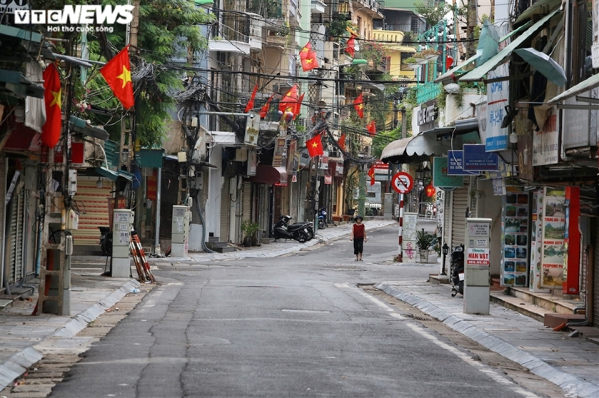 Due to the complicated nature of developments relating to the COVID-19 pandemic, streets throughout Hanoi are decorated with less banners, flowers, and flags this year