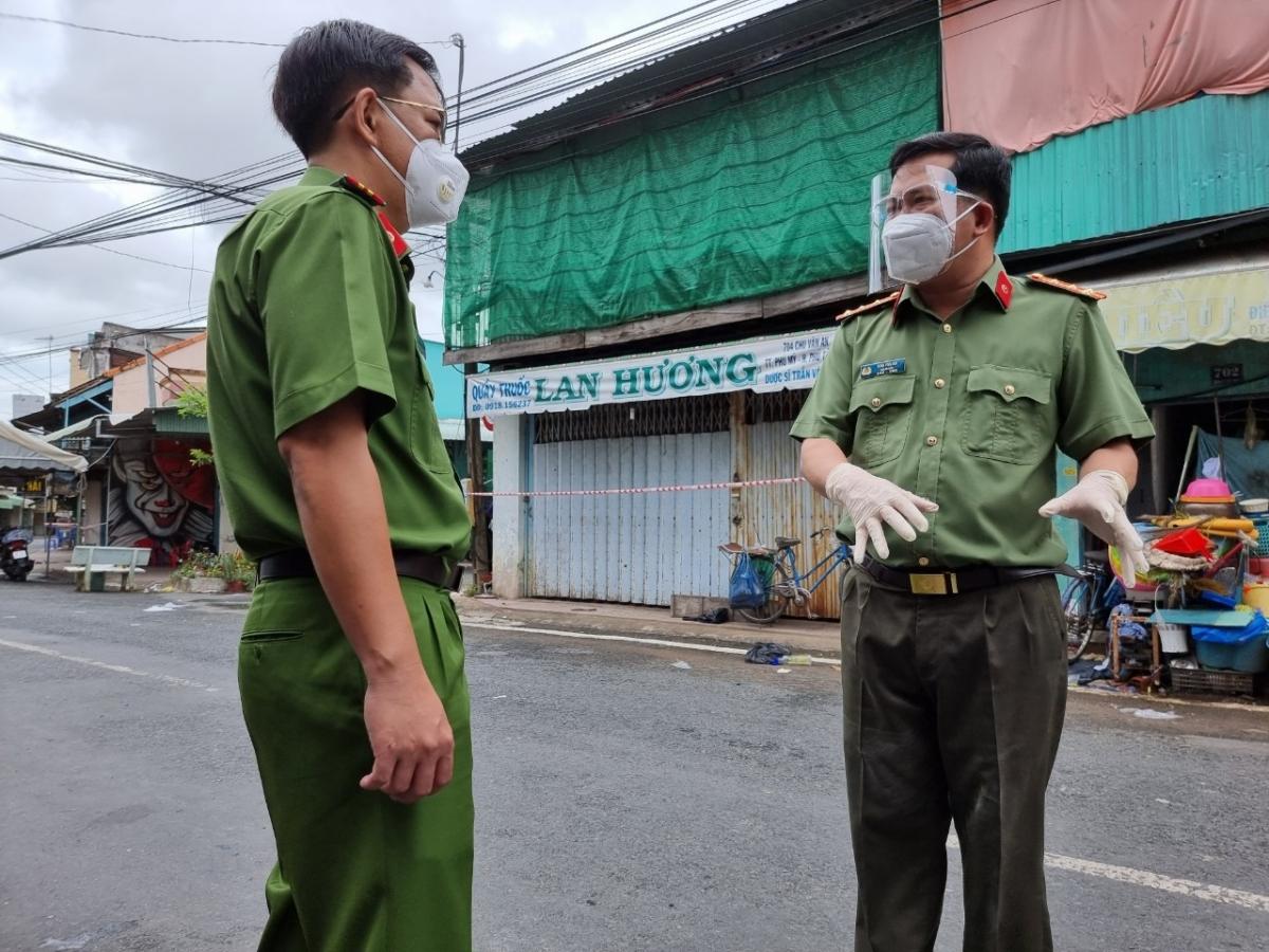 Đại tá Đinh Văn Nơi, Giám đốc Công an tỉnh (bên tay phải) đang chỉ đạo Đại tá Lê Phú Thạnh, Phó Giám đốc Công an tỉnh dập dịch tại tâm dịch Phú Tân