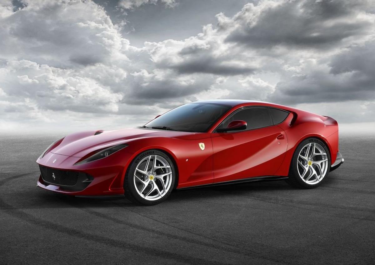 Ferrari 812 Superfast: 812 Superfast được Ferrari trang bị khối động cơ V12 có dung tích 6.5 lít với công suất cực đại 789 mã lực và mô-men xoắn cực đại. Sức mạnh này được truyền đến bánh sau của xe thông qua hộp số ly hợp kép 7 cấp với công nghệ đến từ xe đua Công thức 1, nhờ đó, 812 Superfast có khả năng tăng tốc 0-100 km/h trong 2,9 giây và đạt vận tốc tối đa hơn 340 km/h.