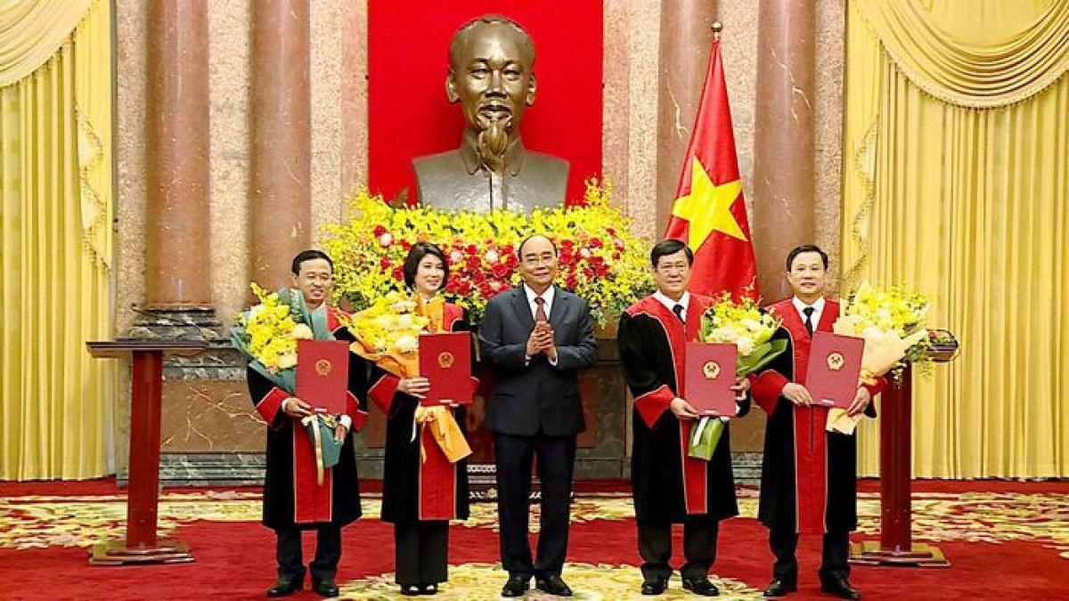Chủ tịch nước Nguyễn Xuân Phúc trao quyết định bổ nhiệm cho 4 Thẩm phán TANDTC.