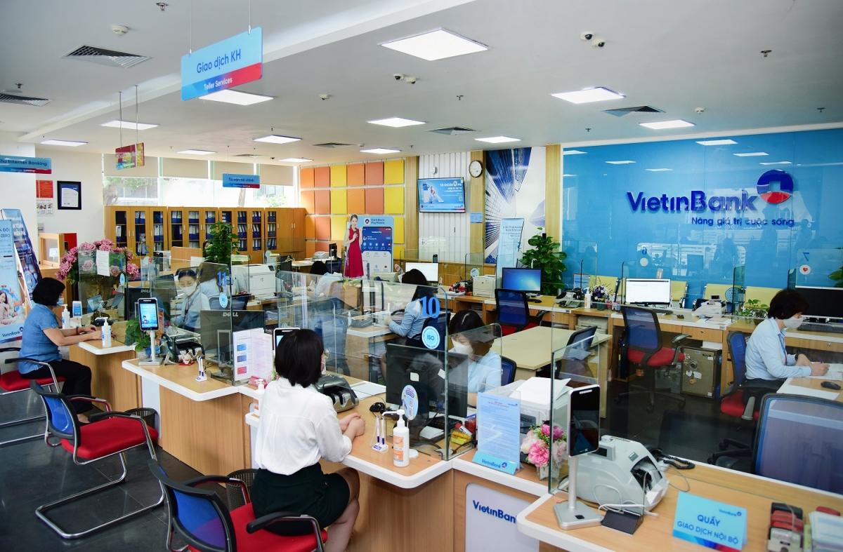 Khách hàng thực hiện giao dịch tại VietinBank.