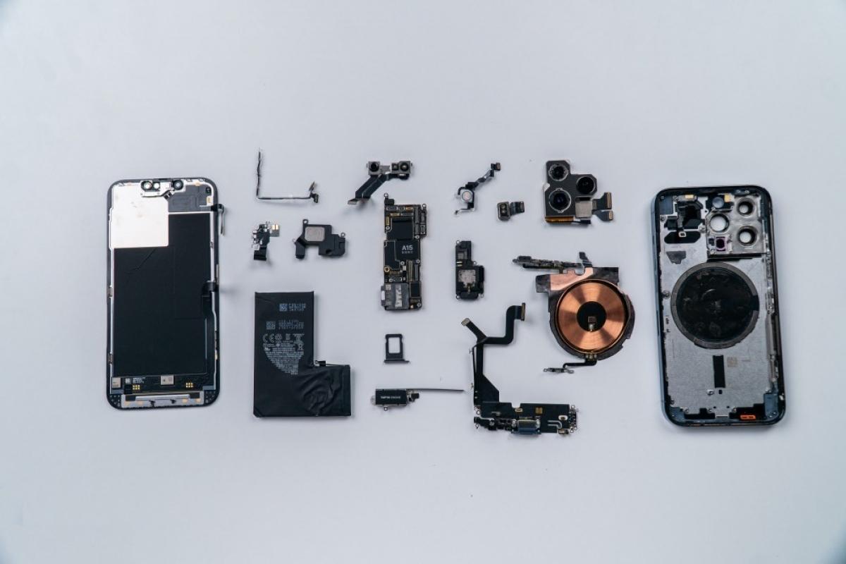 Đây là toàn bộ linh kiện bên trong iPhone 13 Pro sau khi đã được tháo ra