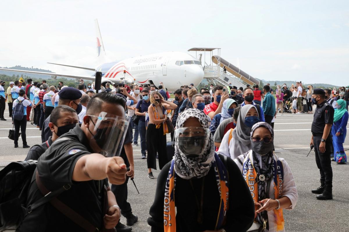 Khách du lịch tại sân bay ở Langkawi hôm 16/9. Nguồn: REUTERS