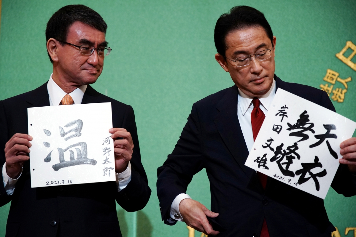 Ông Kishida Fumio (phải) và ông Kono Taro (trái)đang chiếm ưu thế trong cuộc bầu cử. Nguồn: Reuters