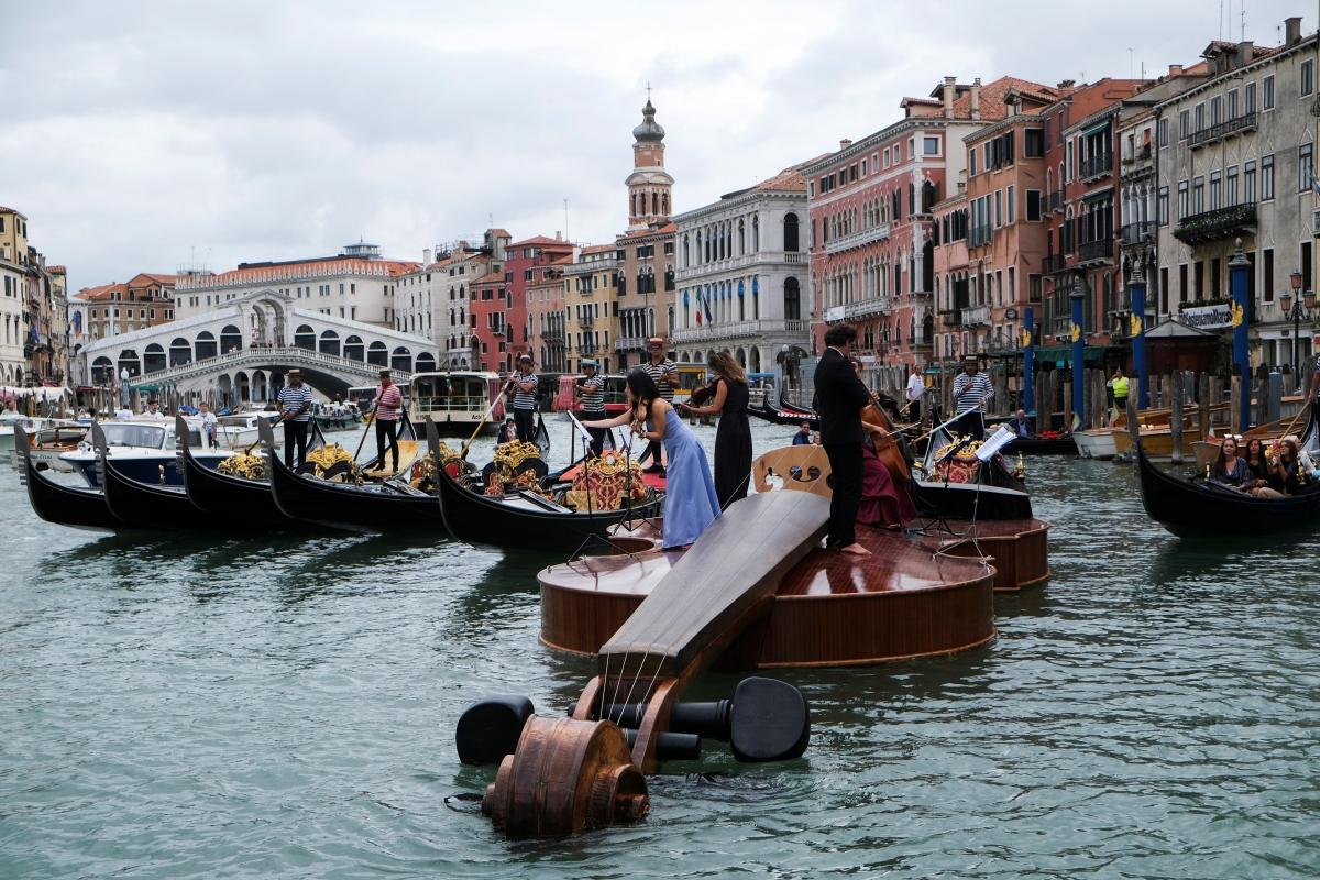 Du khách thích thú với thuyền vĩ cầm khổng lồ ở Venice.Nguồn: Reuters