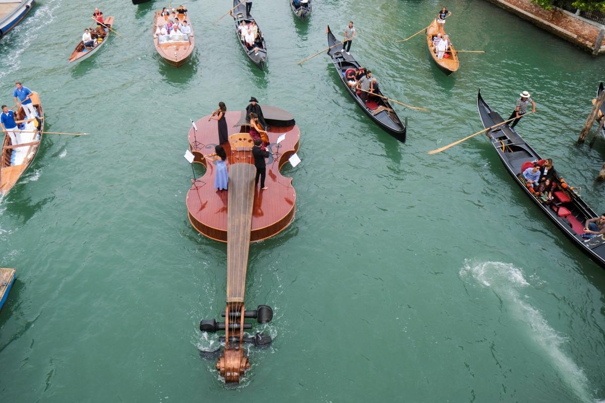 """Thuyền vĩ cầm """"ViolinofNoah"""" dài khoảng 12 m.Nguồn: Reuters"""