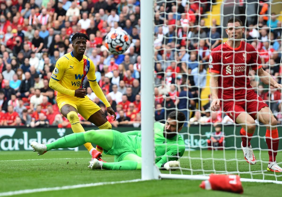 Tình huống suýt chút nữa Liverpool phải nhận bàn thua đầu trận. (Ảnh: Reuters).