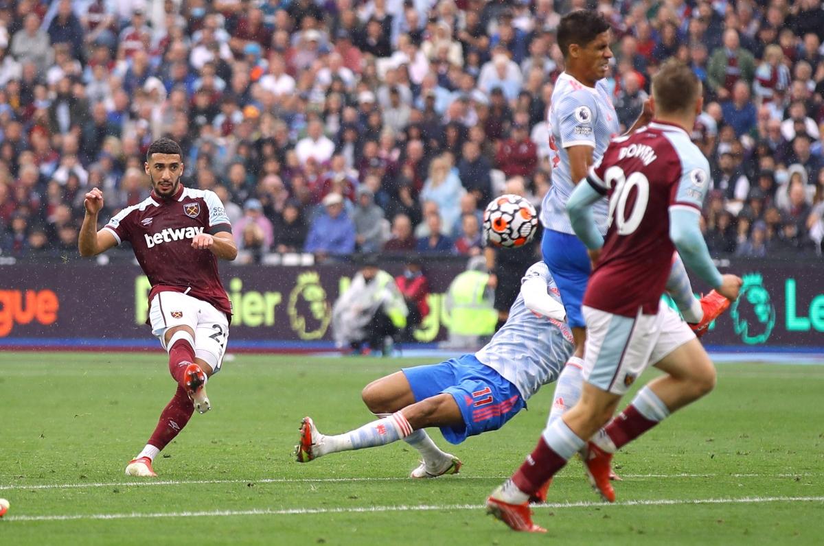 Tình huống Benrahma mở tỷ số cho West Ham... (Ảnh: Reuters).