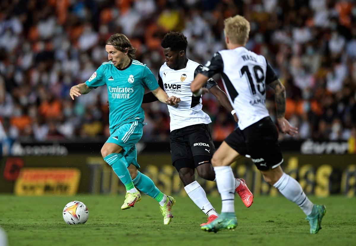 Real Madrid gặp rất nhiều khó khăn trước Valencia (Ảnh: Reuters).
