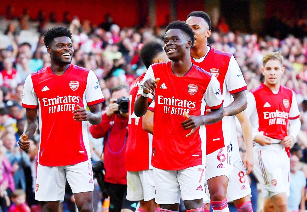 Các cầu thủ Arsenal đang tạo ra cơn mưa bàn thắng ở Emirates (Ảnh: Reuters).