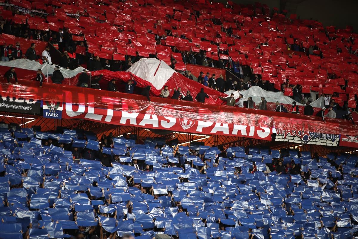 CĐV chủ nhà tạo ra bầu không khí ngoạn mục tại Parc des Princes. (Ảnh: Reuters)