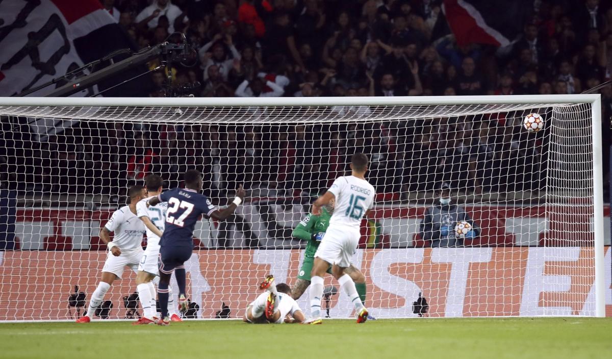 Gueye ập vào sút tung lưới Man City sau khi Neymar bỏ lỡ cơ hội. (Ảnh: Reuters)