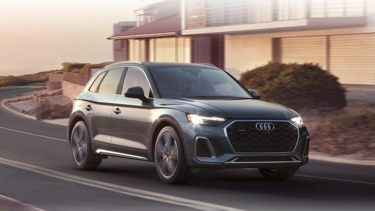 10. Audi Q5 e PHEV Đây là phiên bản lai điện vừa được ra mắt bên cạnh bản nâng cấp (facelift) của chiếc Audi Q5. Xe được trang bị động cơ i4 tăng áp, dung tích 2.0 lít kết hợp cùng một mô-tơ điện và hộp số ly hợp kép 7 cấp, truyền sức mạnh đến cả bốn bánh xe. Chiếc xe này có công suất cực đại 362 mã lực, tầm hoạt động tối đa ở chế độ điện là 30 km và tiêu tốn khoảng 4,7 lít xăng cho 100 km đường hỗn hợp.