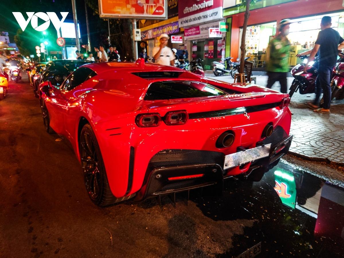 Ferrari trang bị cho SF90 động cơ V8 dung tích 4.0 lít, tăng áp kép với công suất cực đại 780 mã lực là mô-men xoắn tối đa 800 Nm. Hệ dẫn động lai điện của xe bao gồm ba mô-tơ điện giúp thêm cho xe khoảng 220 mã lực, nâng tổng công suất mà chiếc siêu xe này có thể sử dụng lên mức gần 1.000 mã lực và mô-men xoắn 800 Nm. Sức mạnh này được đến cả bốn bánh xe thông qua hộp số ly hợp kép 8 cấp, nhờ đó, xe có thể tăng tốc 0-100 km/h chỉ trong 2,5 giây, 0-200 km/h trong 7 giây và đạt vận tốc tối đa 340 km/h.