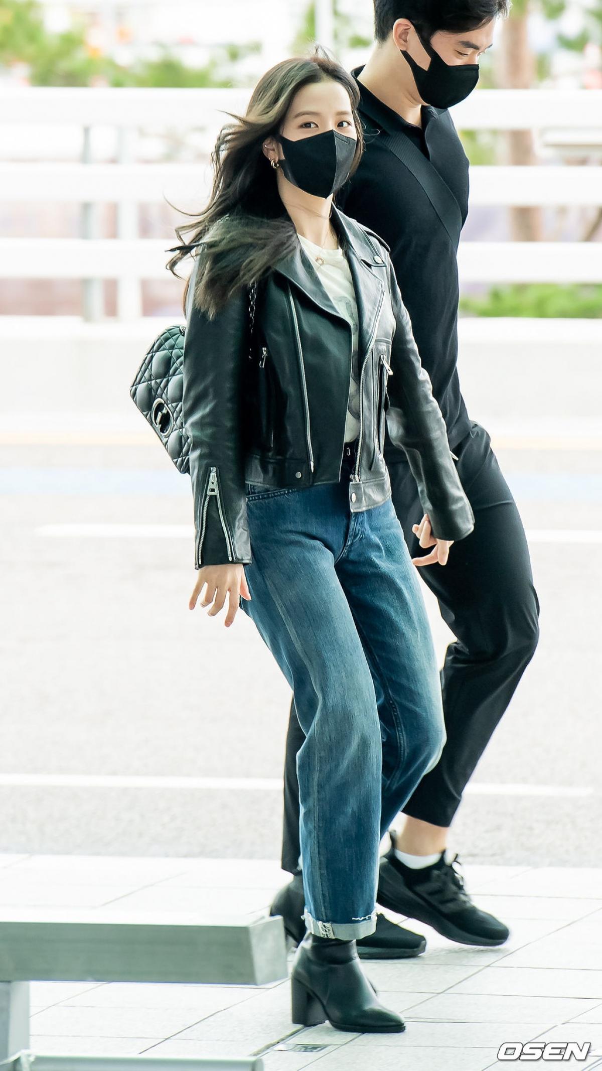 Trong khi đó, Jisoo có phần giản dị hơn khi diện quần jeasn với áo khoác da.