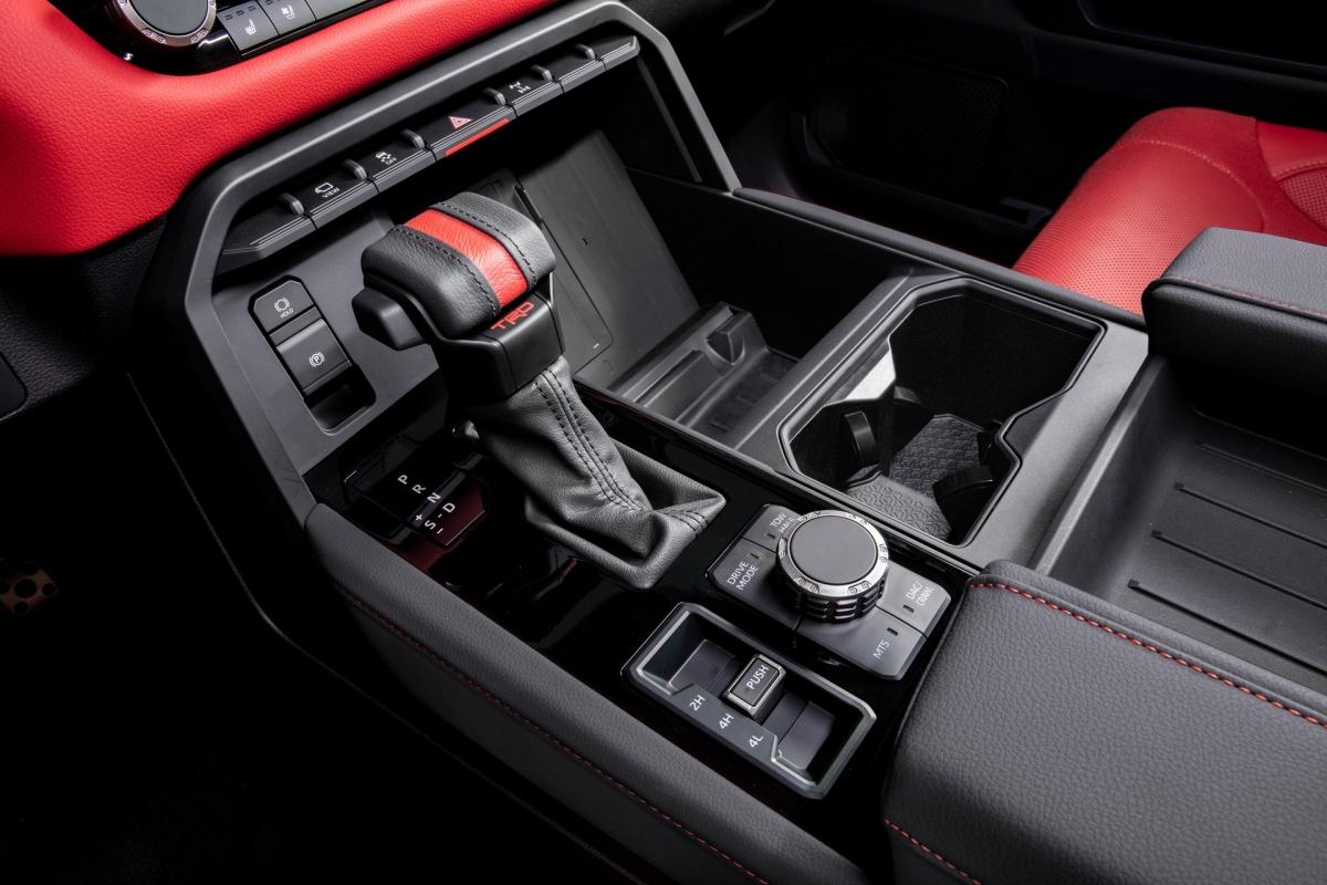 Gói này cũng nâng cấp thêm hệ thống treo, chắn bùn, cần số bọc da cũng như bộ vi-sai khóa điện phía sau và chế độ leo đá cùng cụm điều chỉnh chế độ lái.
