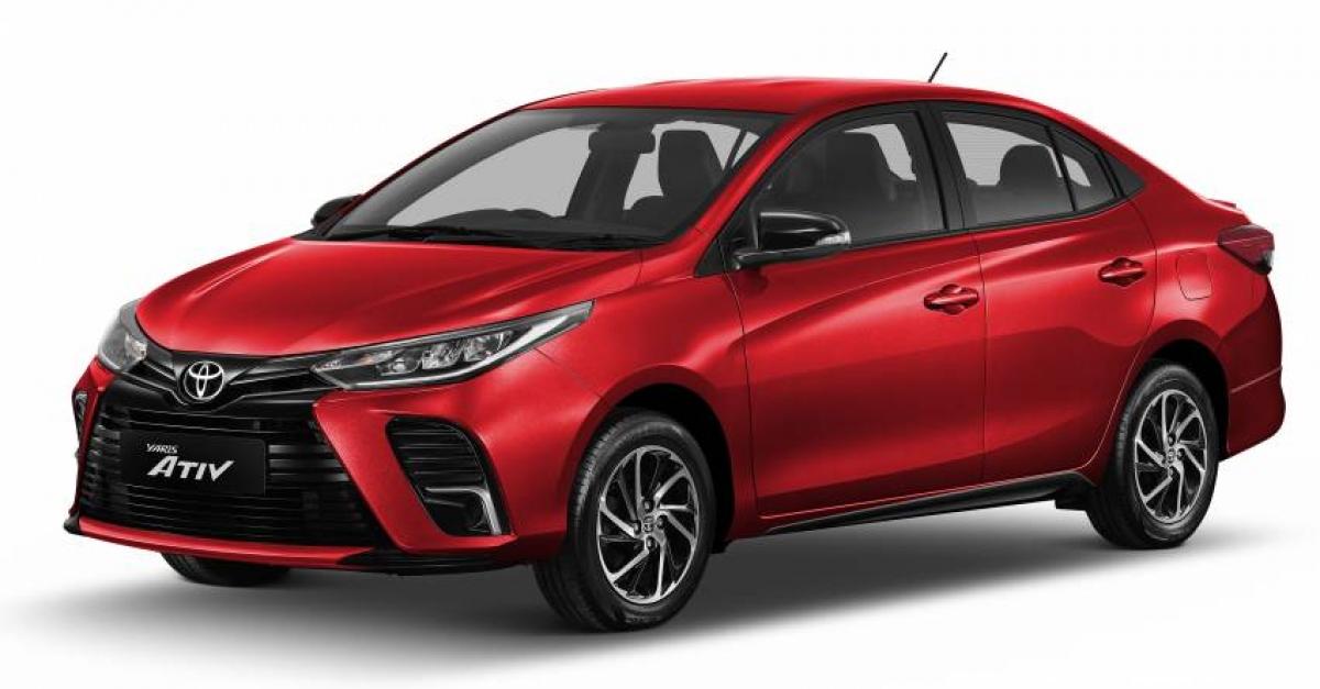 Về nội thất, Toyota Vios có ghế và các chi tiết bọc nỉ trên bản tiêu chuẩn; còn bọc vải kết hợp da tổng hợp trên bản Sport cùng những đường chỉ khâu tương phản màu xám.