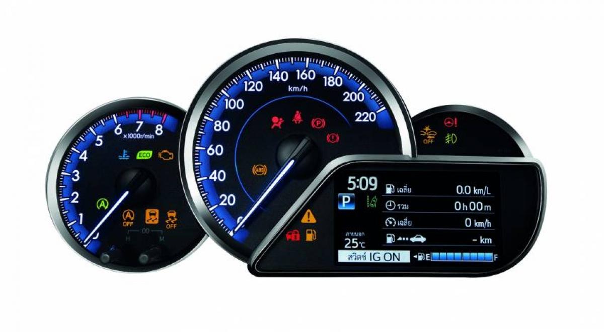 Trên bản tiêu chuẩn của Vios, cụm đồng hồ hiển thị dạng analog và thiết lập Optitron trên các bản Sport và Sport Premium. Bản Sport sẽ có màn hình đa chức năng trong khi đó biến thể Sport Premium sẽ có màn hình TFT 4,3 inch. Cả 3 phiên bản đều được trang bị khóa từ xa, ngoài ra bản Sport Premium còn bổ sung thêm chìa khóa thông minh và nút đề khởi động.