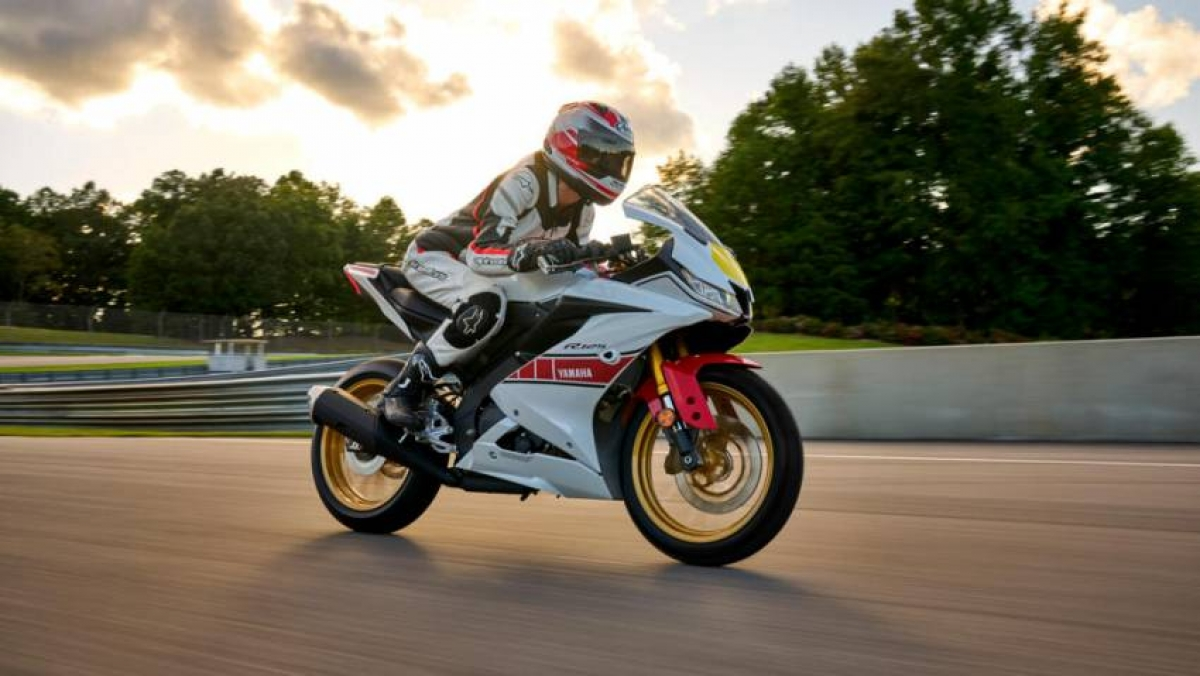 Yamaha R-seriesWorld GP 60th Anniversary Edition 2022 đã chính thức được giới thiệu tại thị trường châu Âu và Mỹ với màu sơn mới độc đáo, thu hút hơn nhân kỷ niệm 60 năm thành lập giải đua World GP (1961-2021) của Yamaha. Với tông màu trắng chủ đạo, màu sơn dành cho phiên bản đặc biệt còn được tạo điểm nhấn bằng những khối màu đỏ và bộ mâm sơn vàng lấy cảm hứng từ chiếc xe đua Yamaha đã tham gia giải Motocycle Grand Prix.