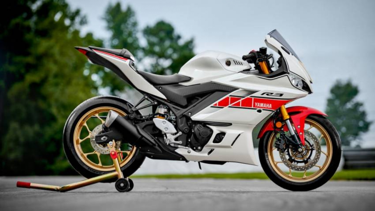 Mức giá dành cho chiếc Yamaha YZF-R25 2021 là 19.988 RM (tương đương 109 triệu đồng) trong khi Yamaha YZF-R15 có giá 11.988 RM (tương đương 65 triệu đồng).