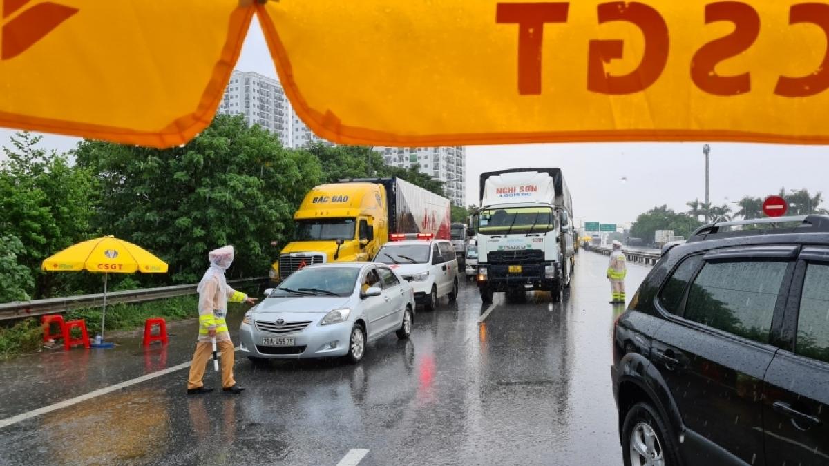 Lực lượng CSGT kiểm soát xe ra vào thành phố Hà Nội tại các cửa ngõ.