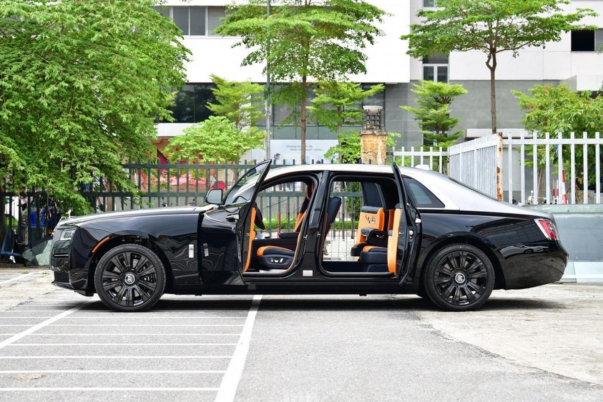 Tính đến thời điểm này, Rolls-Royce Ghost thế hệ mới đã có 2 chiếc tại Việt Nam, cả hai đều được nhập bởi đại lý tư nhân. Trong thời gian tới, chiếc Ghost chính hãng đầu tiên cũng sẽ cập bến.