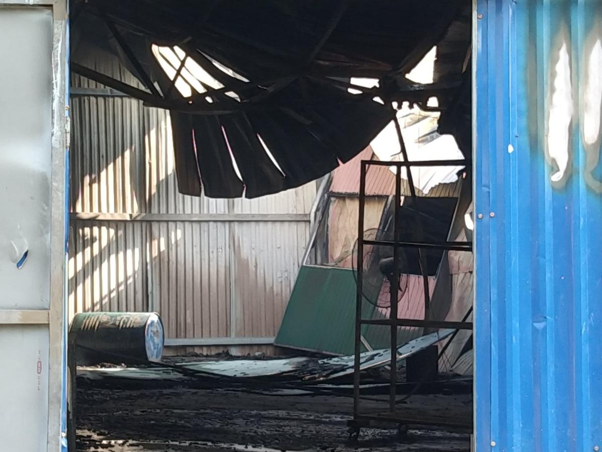 Sáng 4/9, theo ghi nhận của phóng viên, lửa cháy đã thiêu rụi nhiều đồ trong xưởng và làm cháy, hư hỏng một phần mái, tôn bao quanh xưởng.