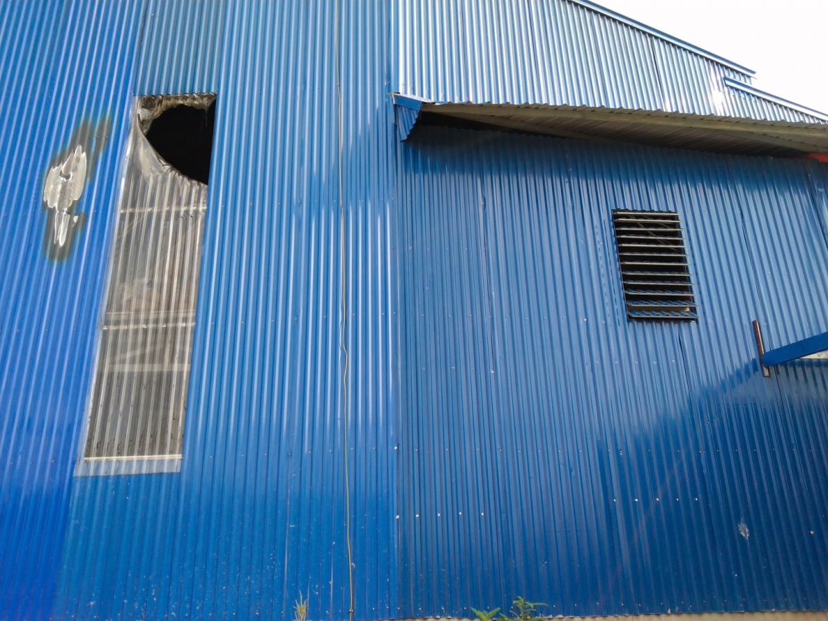 Xưởng bị cháy nằm sâu trong khu vực có nhiều xưởng, nhà lợp tôn.