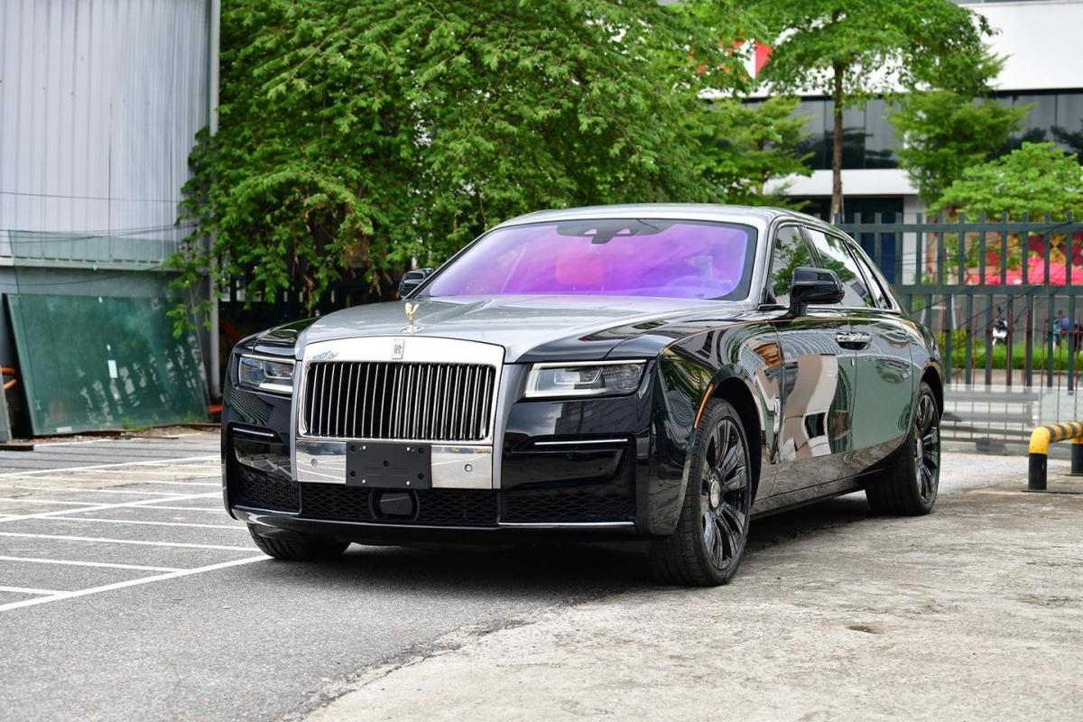 Rolls-Royce New Ghost 2021: Tại Việt Nam, Rolls-Royce Ghost thế hệ mới được các đại lý tư nhân báo giá ở mức trên 40 tỷ đồng. Trong khi đó, đơn vị phân phối chính thức của Rolls-Royce tại Việt Nam lại có giá bán khởi điểm cho mẫu xe này ở mức khoảng 29,9 tỷ đồng cho bản trục cơ sở ngắn và khoảng 33,3 tỷ đồng cho bản trục dài.