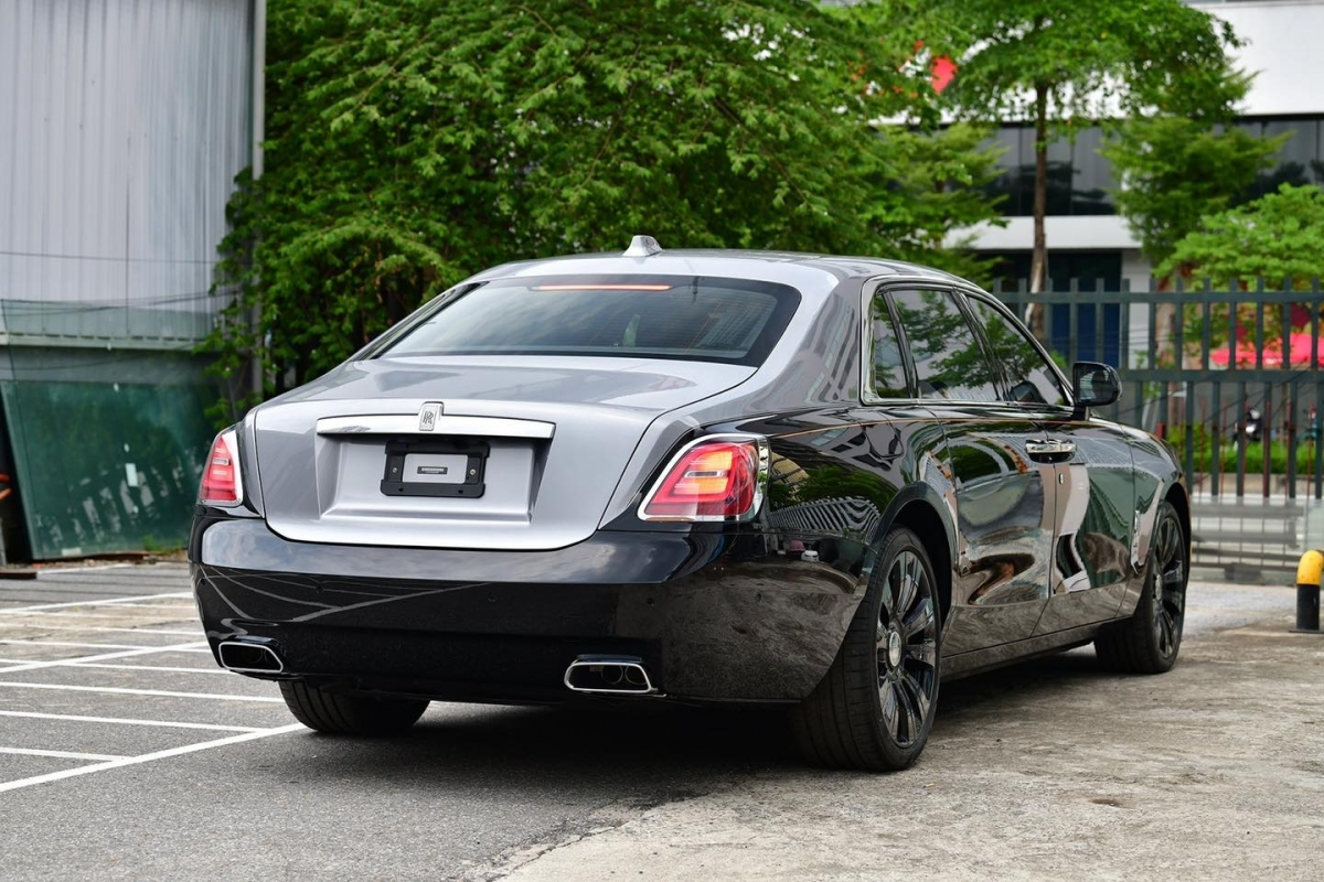 Rolls-Royce trang bị cho Ghost thế hệ thứ hai khối động cơ V12 tăng áp kép, dung tích 6.75 lít vốn đã quá quen thuộc với các dòng xe của hãng. Động cơ này trên Ghost có khả năng tạo ra công suất cực đại 571 mã lực và 850 Nm mô-men xoắn. Ghost mới vẫn sử dụng hệ dẫn động bốn bánh toàn thời gian nhưng được tích hợp thêm tính năng đánh lái bốn bánh xe, mang đến sự linh hoạt trong không gian hẹp cũng như sự ổn định cần thiết khi xe vận hành ở tốc độ cao.