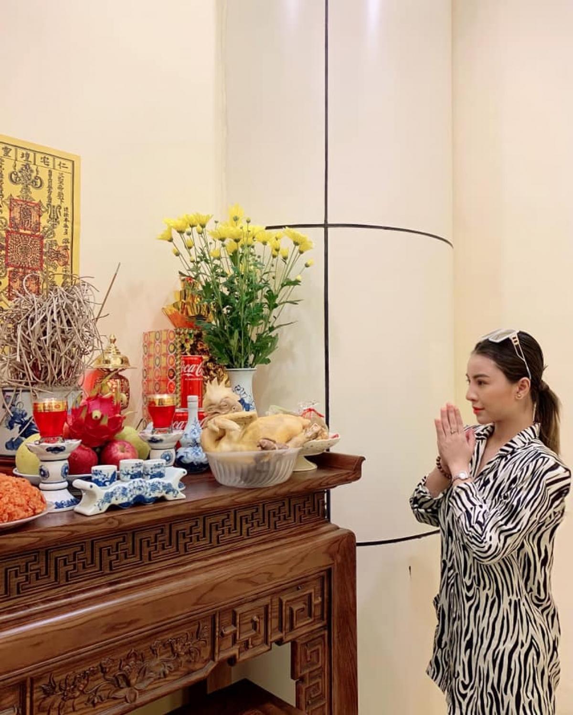 """Diễn viên Liên Tít: """"Chúc mừng ngày Sân khấu Việt Nam. Con xin dân hương, tri ân Tổ nghiệp. Kính chúc các cô chú/anh chị em nghệ sĩ nhiều sức khoẻ và bình an""""."""