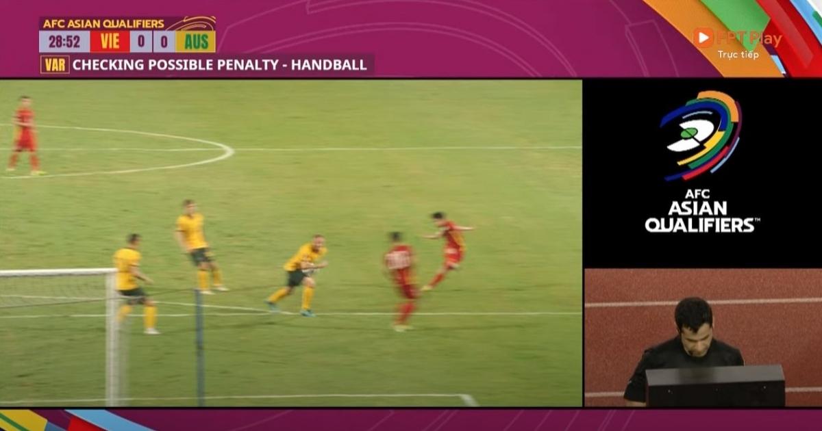 Bóng chạm tay hậu vệ Australia trong vòng cấm sau cú sút của Hồng Duy.