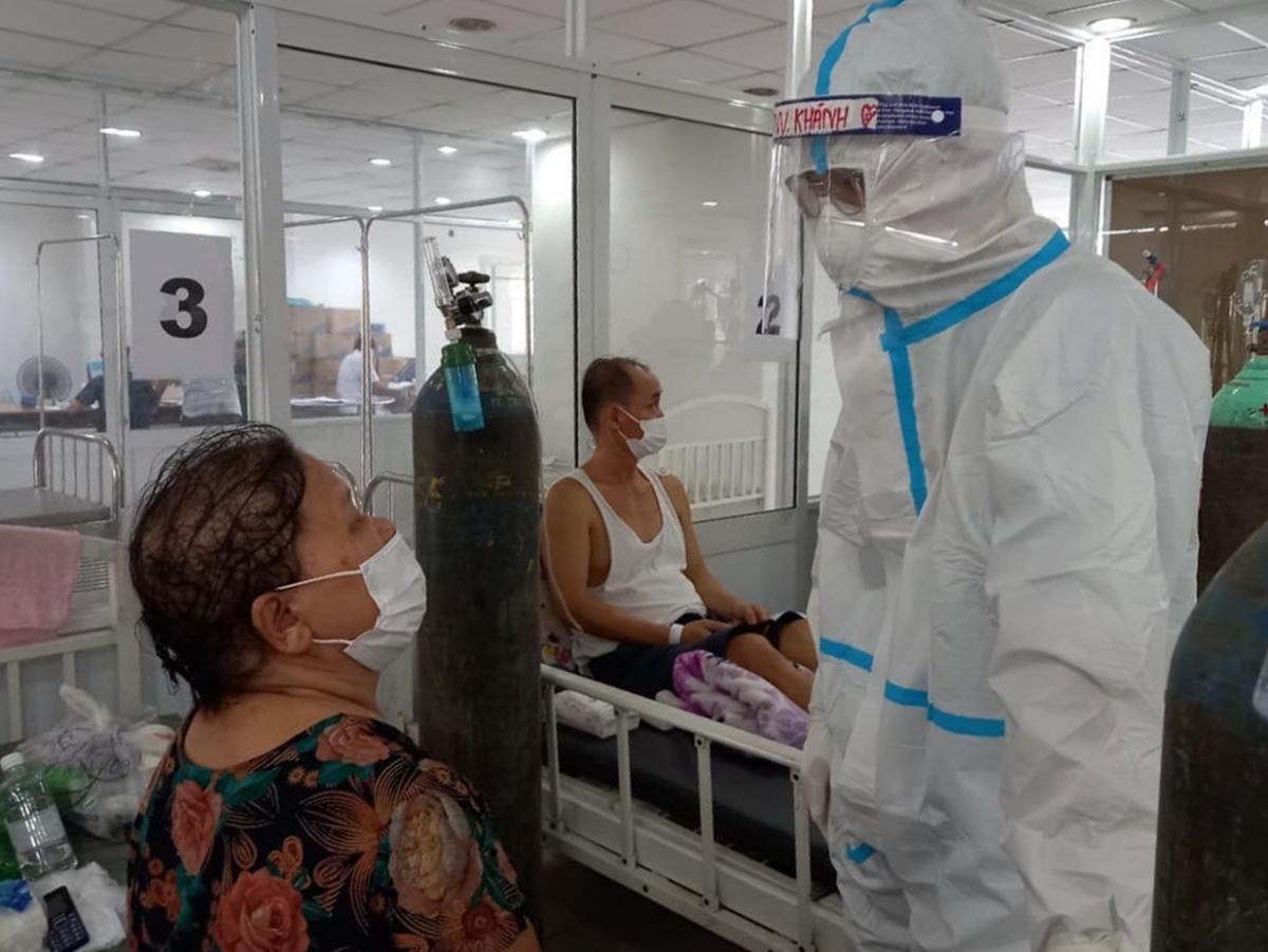 Tình nguyện viện là F0 đã điều trị khỏi ở lại hỗ trợ chăm sóc các bệnh nhân COVID-19. (Ảnh: Hà Văn Đạo)