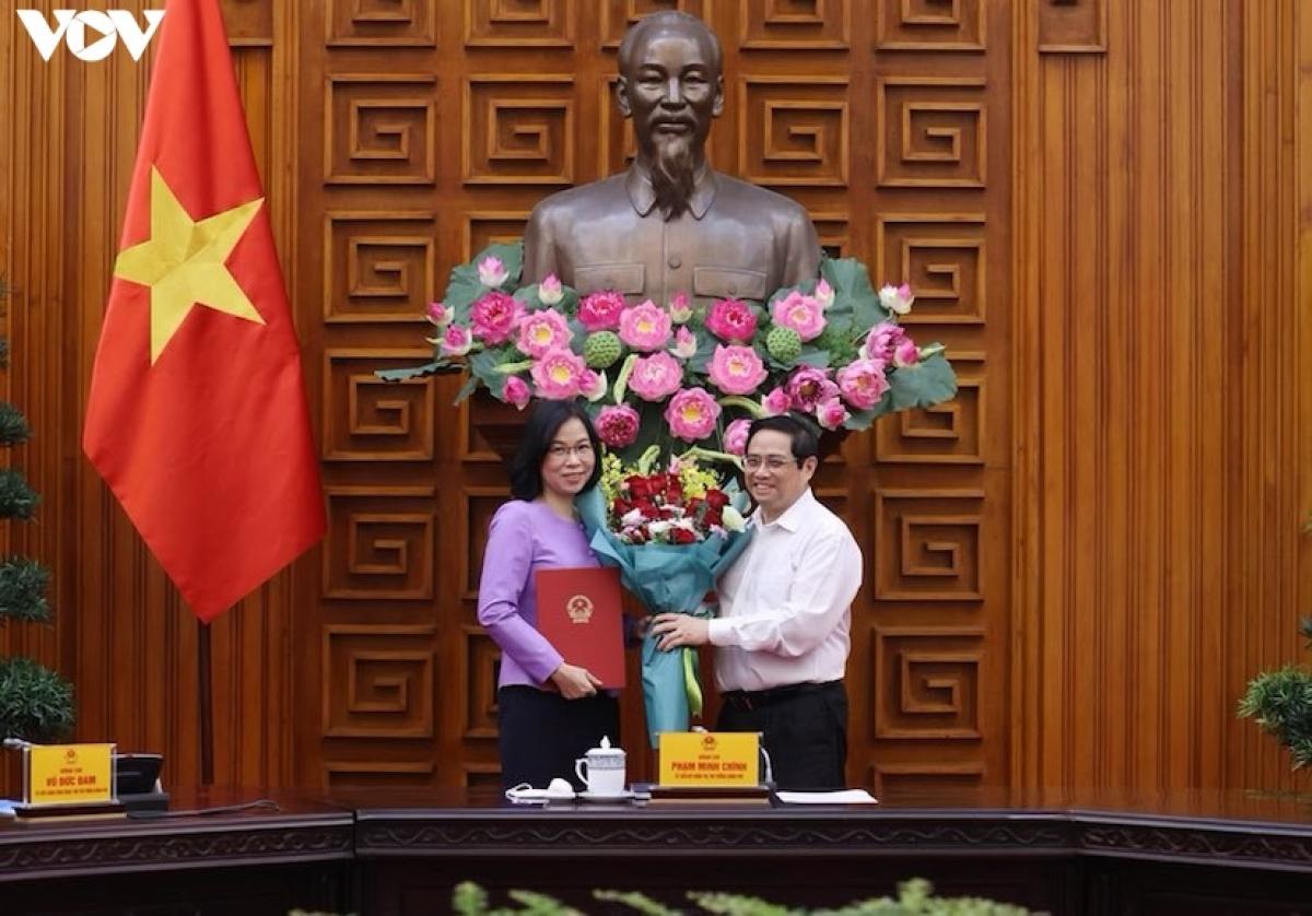 Thủ tướng trao quyết định bổ nhiệm bà Vũ Việt Trang làm Tổng Giám đốc TTXVN. (Ảnh: Giang Phú)