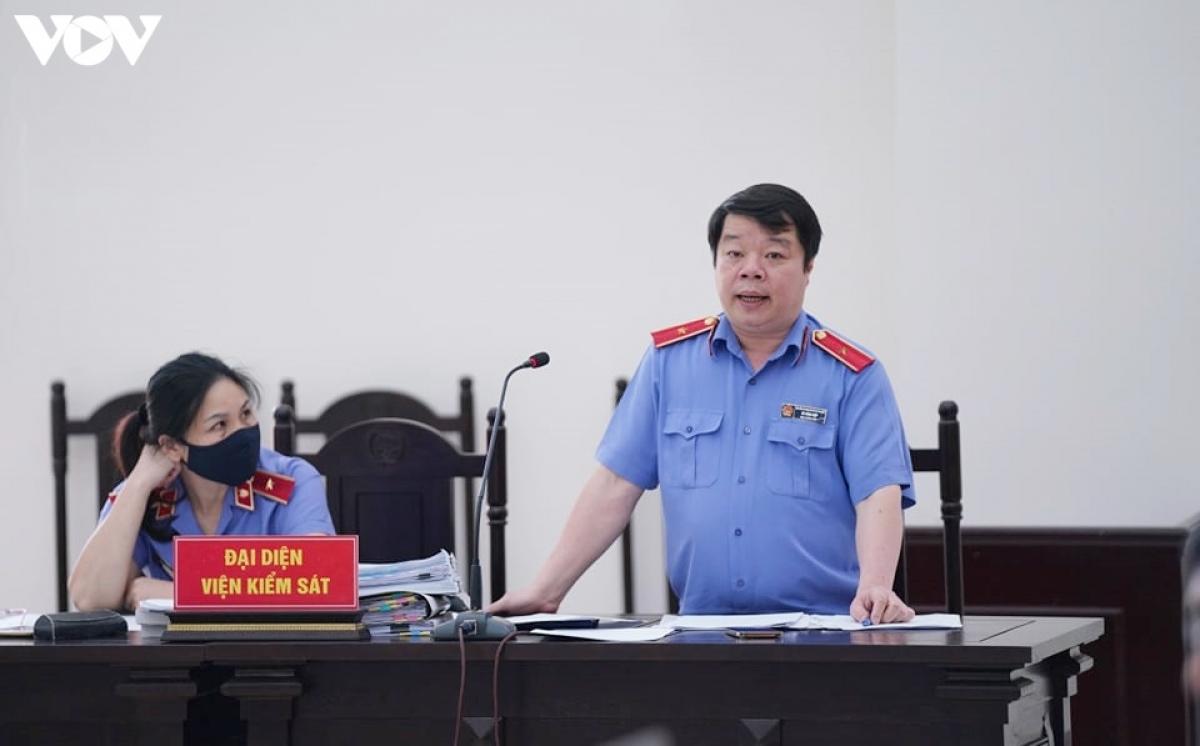 Đại diệnViện Kiểm sát Nhân dân Cấp cao tại Hà Nội nêu quan điểm: Đề nghị HĐXX bác các kháng cáo.