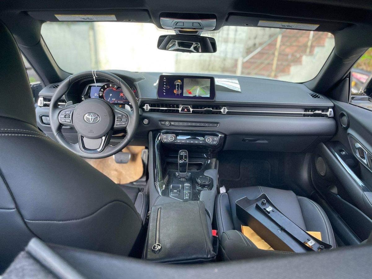 Trên bản Premium, Supra sẽ sở hữu ghế chỉnh điện 14 hướng, điều hòa 2 vùng độc lập, màn hình cảm ứng 6,5 inch và màn hình thông tin 8,8 inch cùng dàn âm thanh JBL 12 loa, sạc điện thoại không dây và có sẵn phần mềm dịch vụ Supra Connect tiên tiến, hỗ trợ giao diện kết nối Apple CarPlay. Bên ngoài, xe sẽ có đèn pha và đen hậu LED, ống xả bằng thép không gỉ.