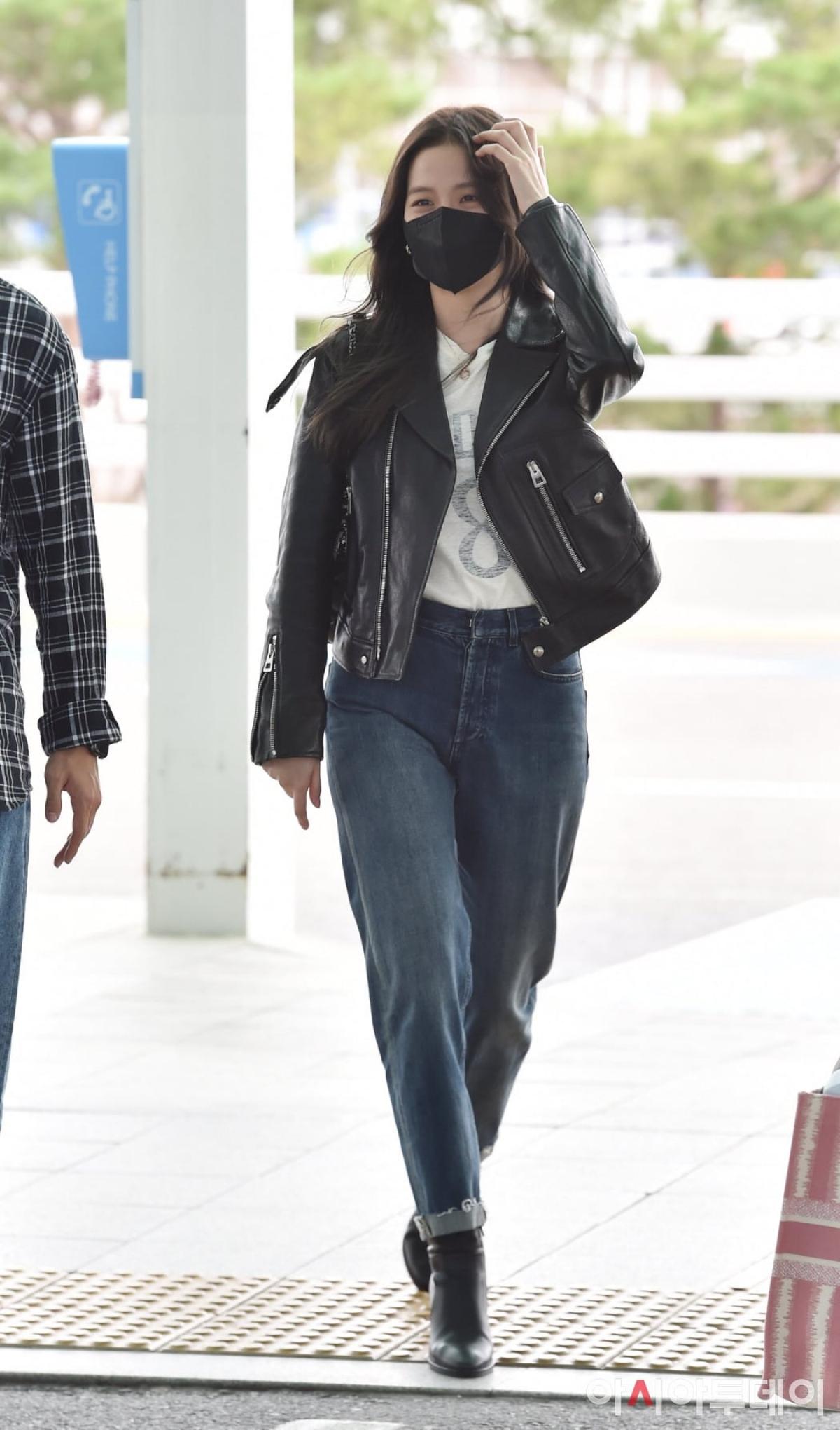 Cô tô điểm cho bộ cánh bằng bằng túi xách của thương hiệu Dior mà mình đại diện.