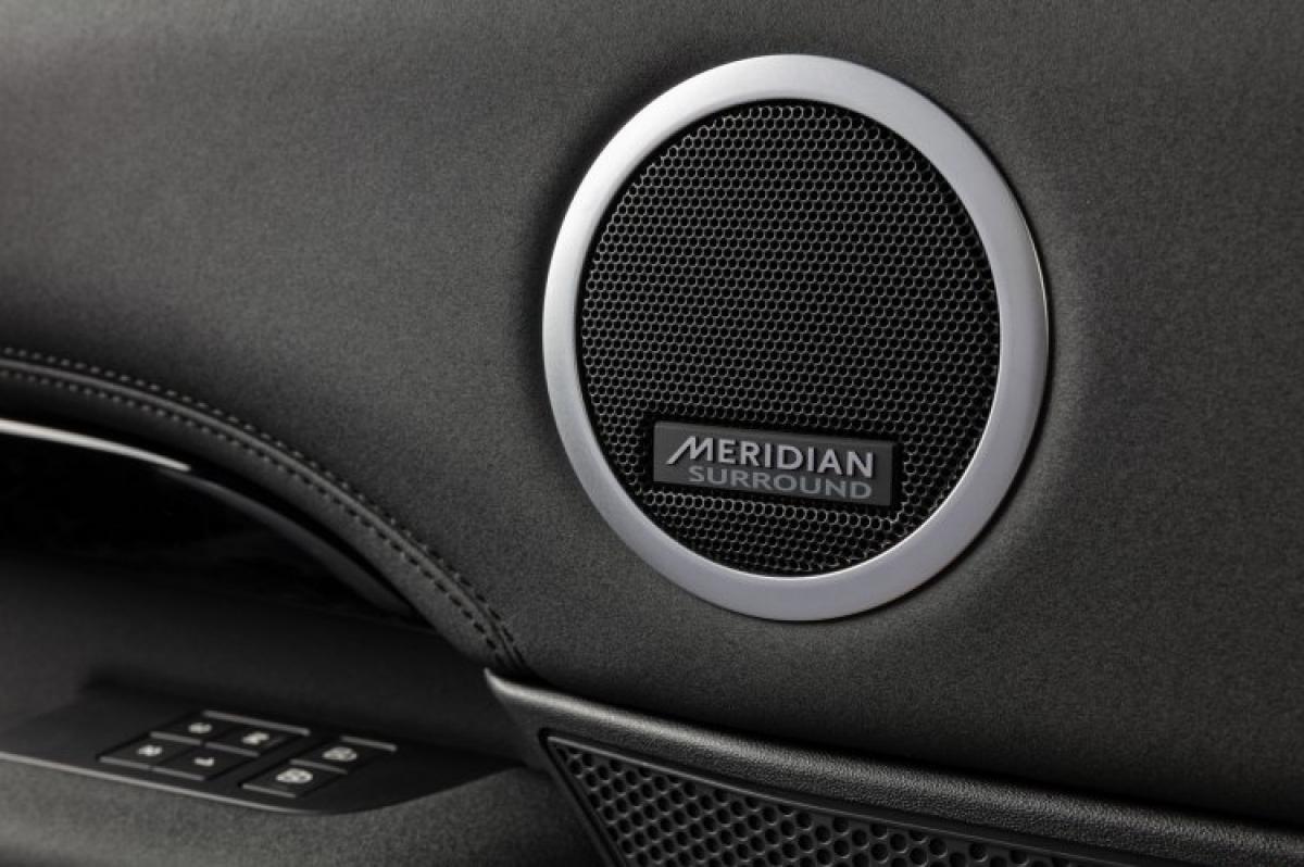 Discovery mới có thể trang bị tùy chọn hệ thống âm thanh Meridian công suất 400W, 13 loa bao gồm loa trầm, bộ khuếch đại 14 kênh; hoặc hệ thống âm thanh vòm Meridian Surround công suất lến đến 700W, 15 loa bao gồm gồm loa trầm và bộ khuếch đại.