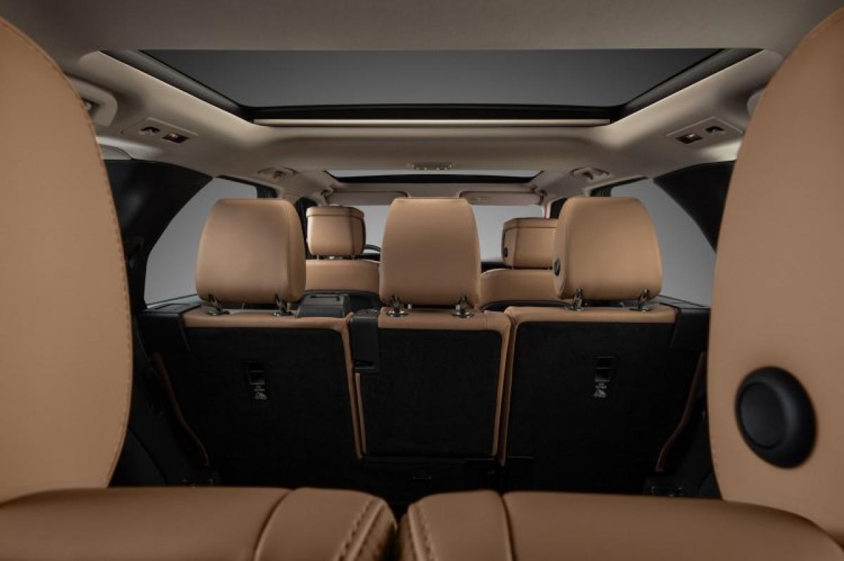 Với giá bán khởi điểm từ4,5 tỷ đồng, Land Rover Discovery sẽ trở thành một lựa chọn mới dành cho khách hàng Việt có điều kiện kinh tế khá giả, đang có nhu cầu sở hữu một chiếc SUV hạng sang cỡ lớn 7 chỗ ngồi rộng rãi, để phục vụ cho gia đình.