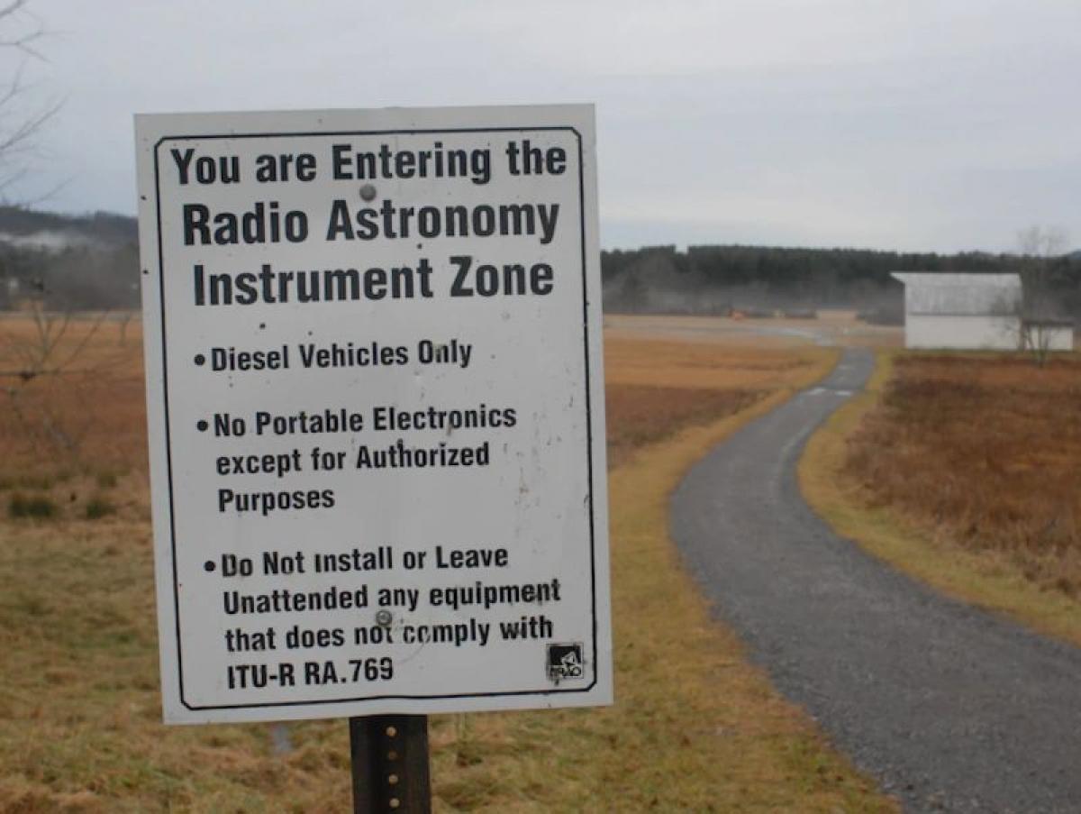 Biển cảnh báo du khách sắp bước vào khu vực cấm sóng vô tuyến