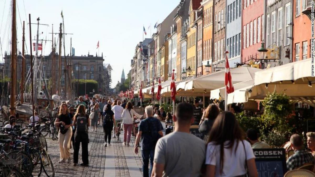 Người dân đi bộ ở Nyhavn, một địa điểm nổi tiếng với du khách ở thủ đô Copenhagen của Đan Mạch ngày 3/9. Ảnh: CNN