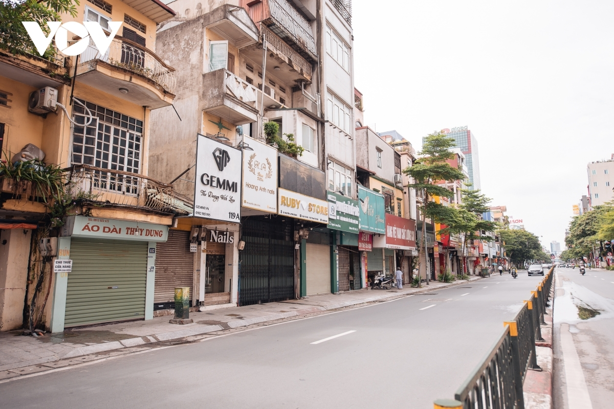 A number of shopping streets, mainly located in Hoan Kiem, Dong Da, and Hai Ba Trung districts, are still not permitted to reopen.